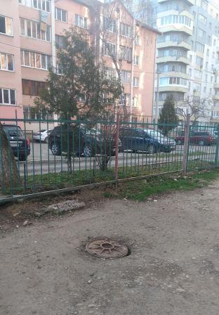 А люк і нині там. В одному з дворів Івано-Франківська люк каналізаційного колодязя загрожує людям