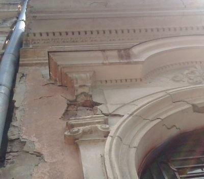 Старі будинки знову «бомбардують» перехожих