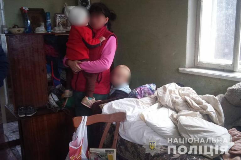 Безлад та антисанітарія: на Тисмениччині горе-матір занедбала двох неповнолітніх дітей (фоторепортаж)