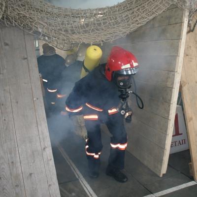 """Слідом за співробітником пожежно-рятувальної служби із задимленого """"підвалу"""" виходить журналістська ланка ГДЗС"""