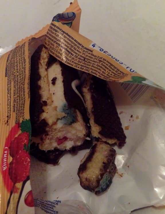 Жителька Івано-Франківська придбала у місцевому супермаркеті солодкий сирок із пліснявою (фотофакт)