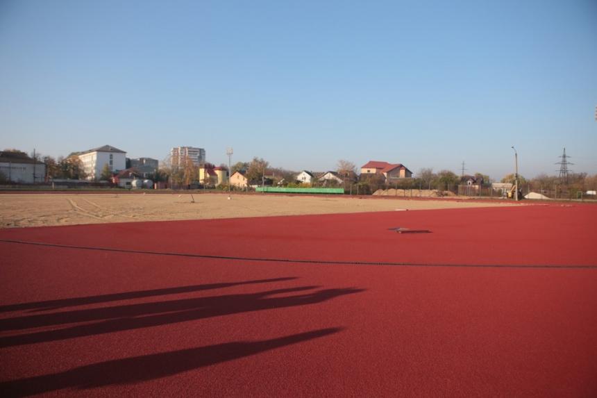 На стадіоні ІФНТУНГу тривають ремонтні роботи (фотофакт)