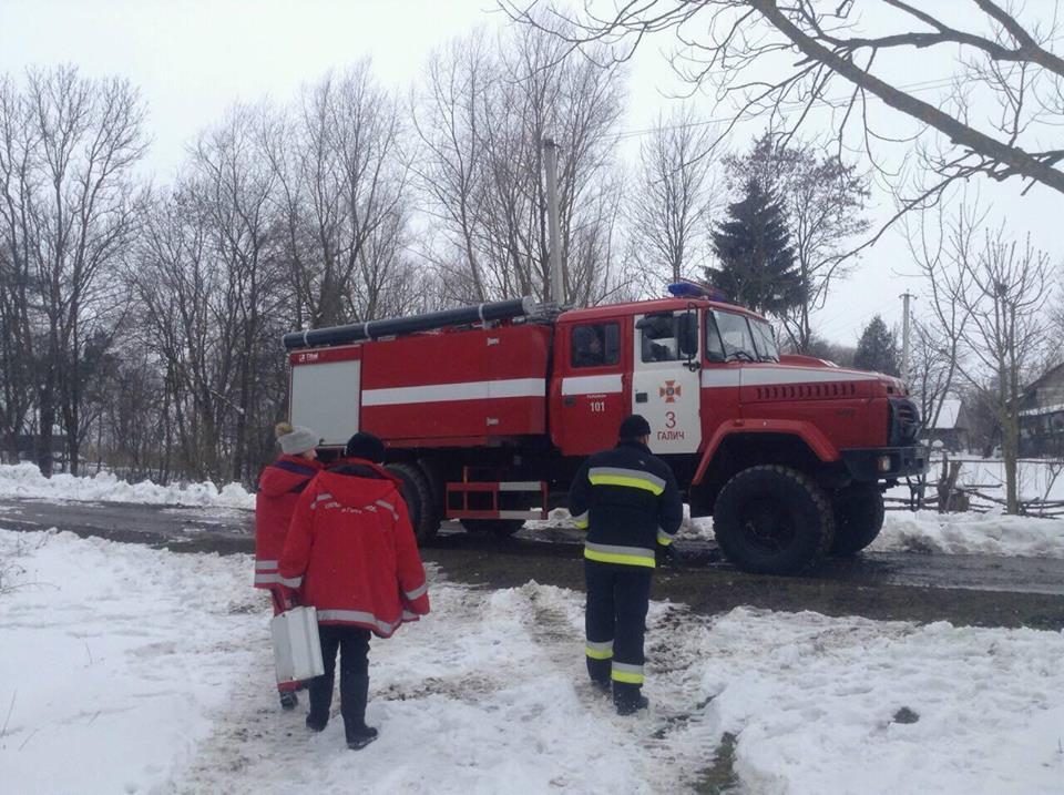 Прикарпатські пожежники допомогли медикам «швидкої» дістатись до хворого. Фото прес-служба УДСНС в області