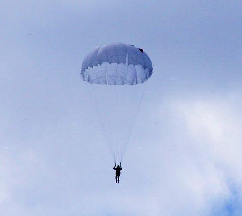 На Івано-Франківщині парашутист зачепився зависоковольтну лінію